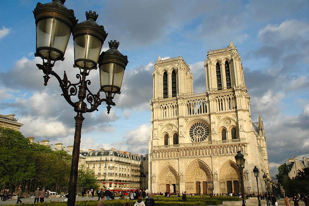 Одни из самых популярных мест Парижа: Елисейские Поля и собор Парижской Богоматери